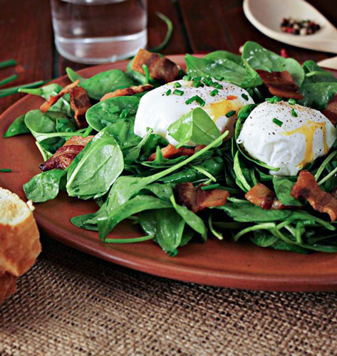Salata sa špinatom i poširanim jajima