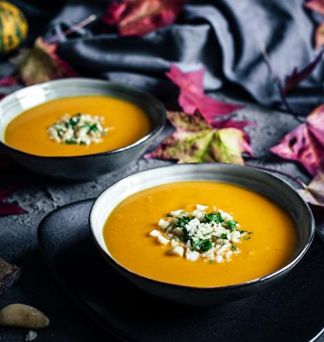 Jesenska juha s mrkvom, tikvom i crvenom lećom uz dodatak cimeta i đumbira idealna je za jesenske, hladne dane.
