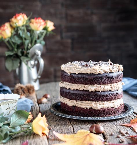 Torta s kavom i kestenom na drvenom stolu